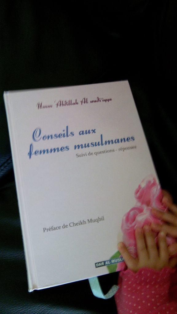 Conseils aux femmes musulmanes  Photo: Oum Soumeyya avec les petites mains de ma petite Soumeyya ©